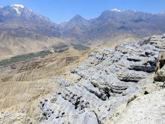 A l'approche de la crête des rochers gris de Ghemi