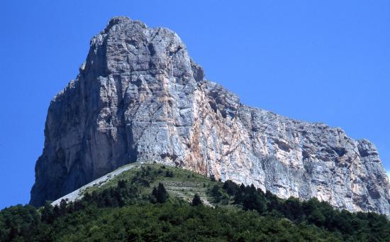Le Mont-Aiguille vu lors de la descente vers le hameau de la Richardière