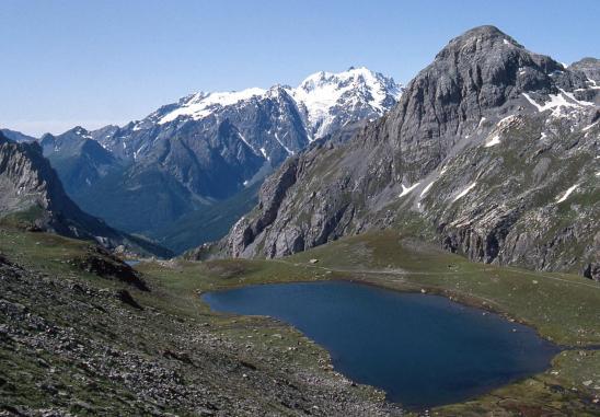 Du col de Ponsonnière on domine la cuvette du Grand Lac