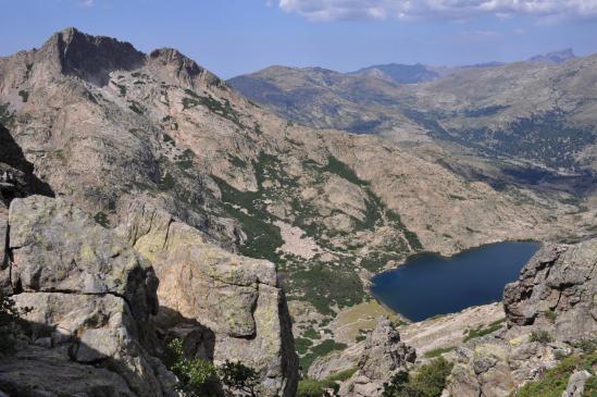 A la brèche de Goria on découvre en contrebas le lac éponyme