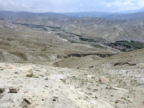 La vallée de la Mustang khola de Nenyul à Niphu vue depuis la crête du fort Ame Pal