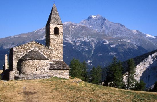Le prieuré de Saint-Pierre d'Extravache avec la Dent Parrachée en arrière-plan