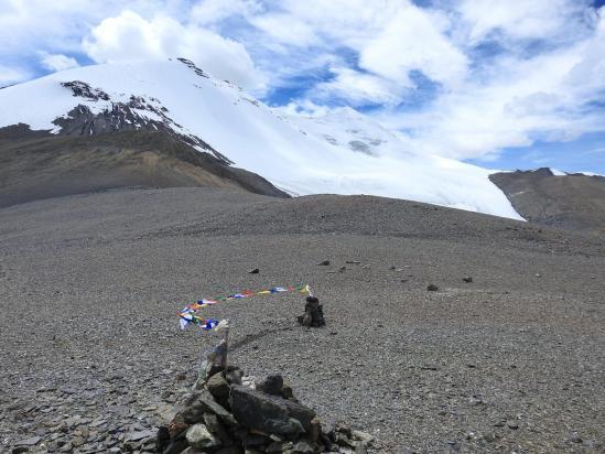 Le glacier E du Chalung vient mourir au niveau du col. Ca donne des idées...?