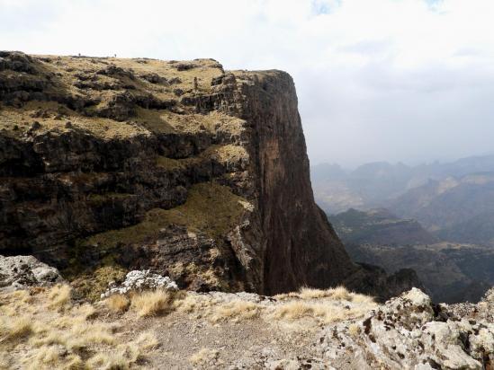 Après être passé au sommet de l'Inatiye, on poursuit en bordure de falaise