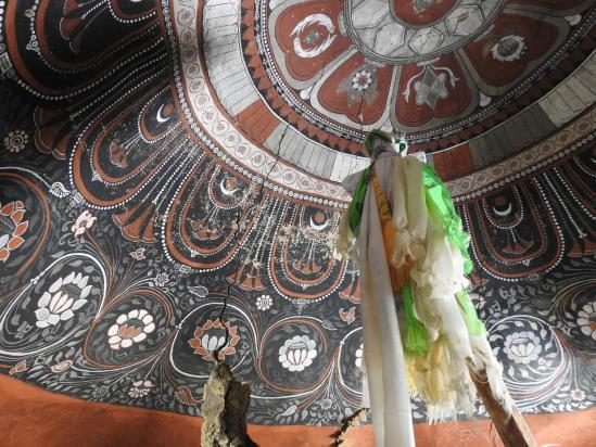 Le plafond orné de la grotte de Tashi Kabum