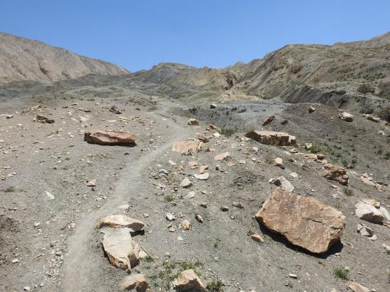 Remontée vers le col qui sépare la Dhechyang khola de Tangge