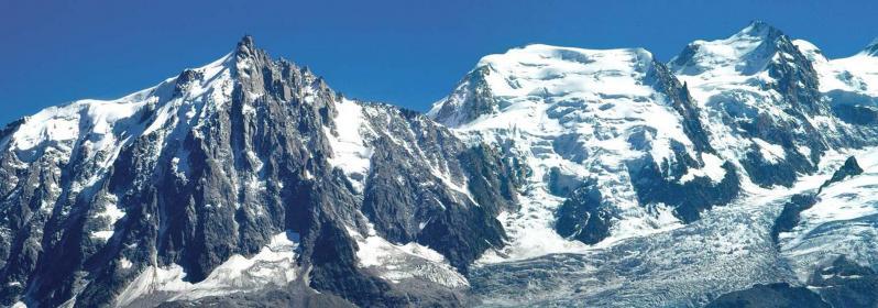 Le massif du Mont-Blanc fait face au refuge Bellachat