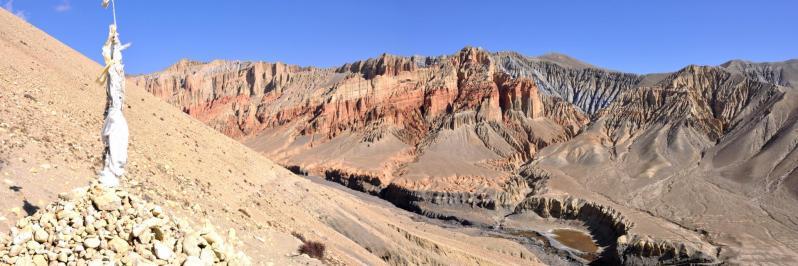 Vue arrière sur les falaises de Dhakmar alors que l'on bascule dans la descente vers Ghemi