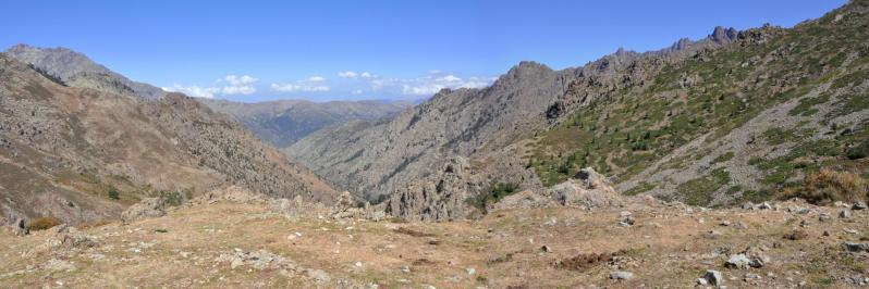 A l'approche de la bocca di Serra Piana, vue arrière sur le vallon de Pinara