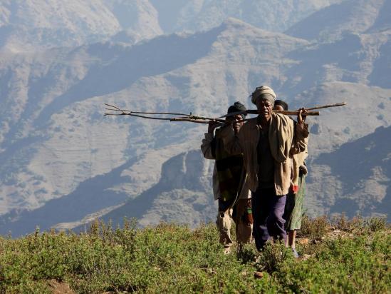 Dans le vallon au pied du pic de Chebertey, on croise des villageois qui reviennent des champs