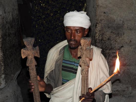 Le prêtre de l'église de Kan Kanit Mikael qui nous présente, chose rare, le contenu de l'Arche d'Alliance...