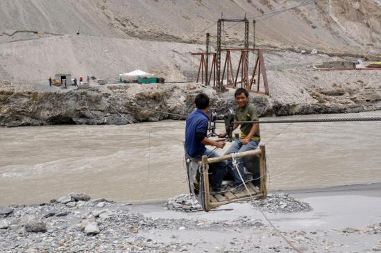 Le trolley de Guru Do dans lequel on franchissait jusqu'au début 2015 la Zangskar Chu