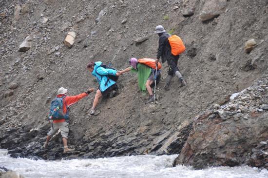 A l'approche du Kanji La BC, que ne ferait-on pas pour éviter une traversée de torrent...?