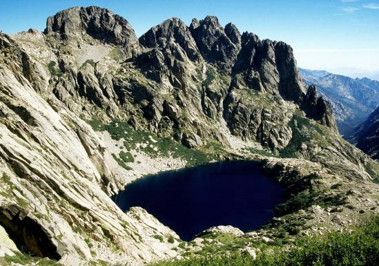 Le lac de Capitello vu depuis le sentier de crête support du GR20