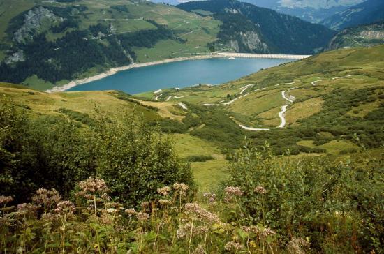 Descente sur le lac de Roselend