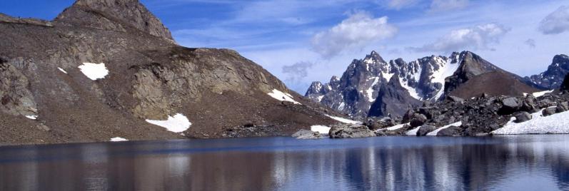 Dans le vallon des Houerts, le Pic de Chambeyron vu depuis le lac Vert