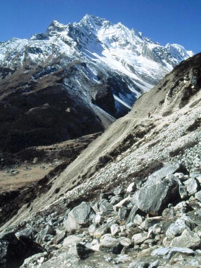 Le Larkya peak vu depuis le sentier d'accès à Dharamsala