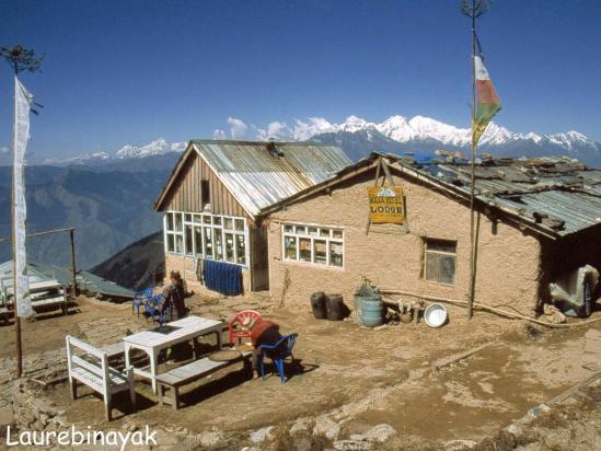 Un des lodges de Laurebina Yak avec la chaîne du Ganesh himal à l'horizon