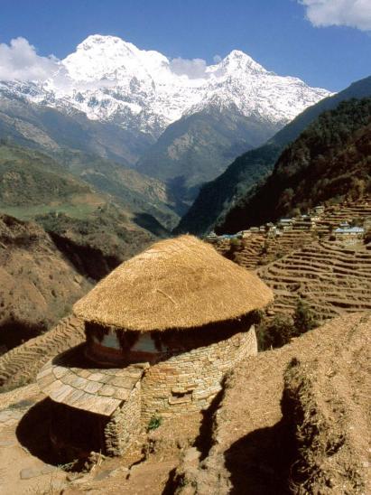 Maison gurung ronde à Medigala (Hiunchuli et Annapurna S à l'horizon)
