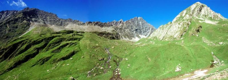 En haut du vallon d'Arp on passe sous le mont de Nix