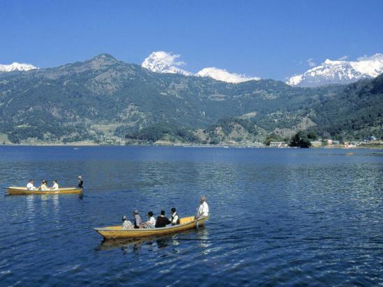 En barque sur le lac de Phewa tal à Pokhara