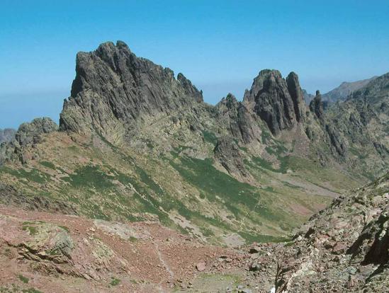 Depuis l'emplacement de l'ancien refuge Altore, on domine l'enfilade des sommets des Punte Missoghiu, Stranciacone et Culaghia