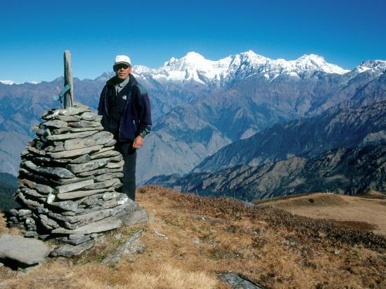 Nima Dhundup sherpa au Sing La bhanjyang devant le Ganesh himal