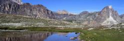 Au fond du vallon de Mary, un des lacs de Roure avec à l'horizon l'Aiguille Large